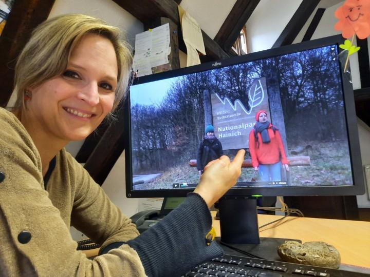 Lisa Mäder vom Umweltbildungsteam des Nationalparks freut sich über die gelungenen Lehrvideos der FÖJlerinnen Pauline Müller (auf dem Bildschirm links) und Aniela Hausdörfer (auf dem Bildschirm rechts)
