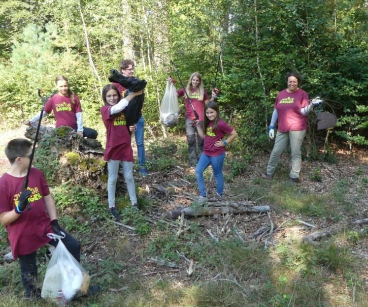 Engagierte Dreck-Entferner: Junior Ranger bei der Aktion im Wald von Johanniskreuz